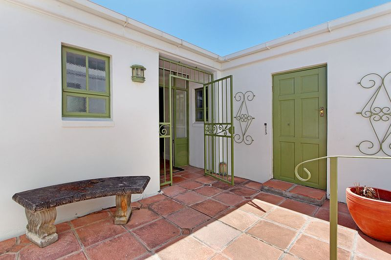 Three Bedroom Cottage near Water's Edge Beach Simonstown